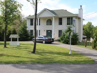 1 Block to the Lake & Pool; HUGE Deck with Weber Grill; Private Hot-Tub! - Albrightsville vacation rentals