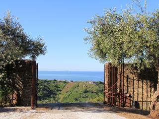 Convento La Perla nell'oliveto con vista mare - Carrara vacation rentals