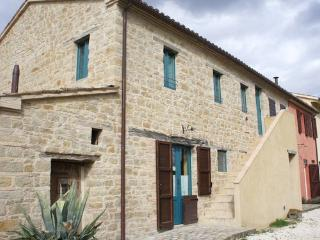 Appart. 80 mq in colonica ristrutturata, Marche - Serra San Quirico vacation rentals
