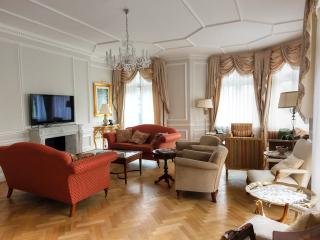 Impressive 5 Bedroom Ensuite apartment in Kensingt - London vacation rentals