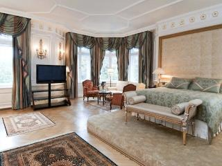 Lovely 3 Bedroom 3 Bathroom Apartment - CHF 3 - London vacation rentals
