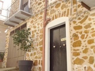 Romantic 1 bedroom Cianciana Townhouse with Balcony - Cianciana vacation rentals
