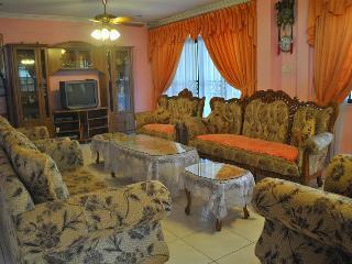 Urban Concept Homestay Kuching - Kampong Pulau Kandis vacation rentals