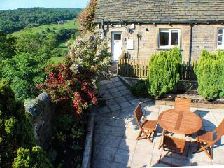 HOLMDALE COTTAGE, ground floor, patio with furniture, great base for walking, Ref 29640 - Linthwaite vacation rentals