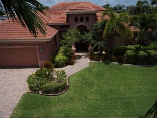 The Vineyard - Cape Coral 3b/3ba deluxe home w/electric heated pool/spa, gulf access canal, HSW Internet, Boat Dock and large fire pit in pool area - Cape Coral vacation rentals
