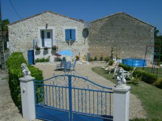 Roses trémières - Mortagne-sur-Gironde vacation rentals