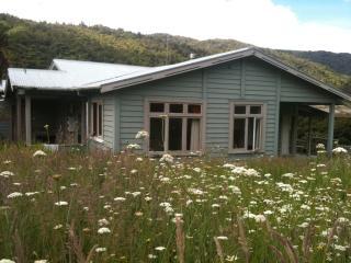 2 bedroom Farmhouse Barn with Internet Access in Waimamaku - Waimamaku vacation rentals