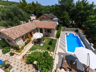 Bright 2 bedroom House in Posedarje with Internet Access - Posedarje vacation rentals