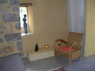 jolie chambre voutée, murs en pierre, charme - Saint-Sauveur-de-Cruzieres vacation rentals