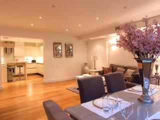 2 Bedroom Ensuite Apartment in Kensington - CHF 14 - London vacation rentals