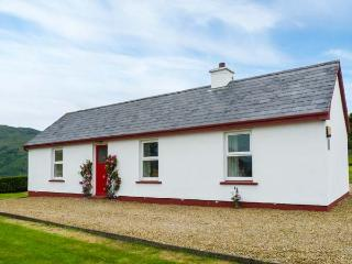 CRANNOG COTTAGE, open fire, pet-friendly, private track to the beach, all ground floor cottage near Ardara, Ref. 913270 - Ardara vacation rentals