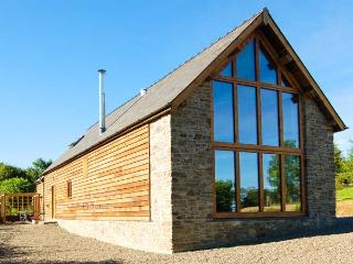 TY CAMLAD, feature beams and floor to ceiling windows, woodburning stove, king-size bed, near Churchstoke, Ref 17187 - Church Stoke vacation rentals