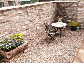 BLACKSMITH'S COTTAGE, pet-friendly romantic cottage near pub in Hudswell Ref 29398 - Hudswell vacation rentals