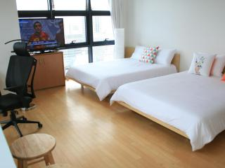Xlarge Corner Unit Near COEX/CALT/Hyundai Department Store/Samseong Station 2 Queen beds - Seoul vacation rentals