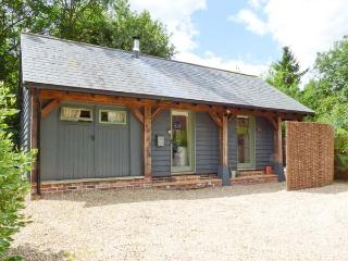 THE CART LODGE, WiFi, shared outdoor pool, woodburner, quaint cottage in Nayland, Ref. 3797 - Bradwell vacation rentals
