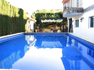 Big&Charming Villa with private pool+Garage+WiFi. - Otura vacation rentals
