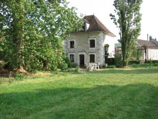Cozy 2 bedroom Gite in Chablis with Internet Access - Chablis vacation rentals