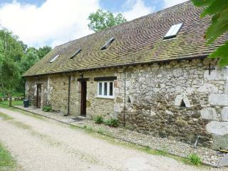 POND COTTAGE, pet friendly, character holiday cottage, with a garden in Yafford, Ref 3812 - Newport vacation rentals