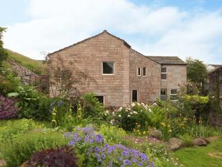 SALTER RAKE GATE COTTAGE, pet-friendly cottage, woodburning stove, WiFi, patio with furniture, near Todmorden, Ref 905529 - Colne vacation rentals
