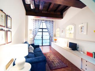 Beautiful Florentine 1 bedroom apartment in Ponte Vecchio area - Florence vacation rentals