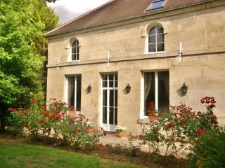 Lovely 2 bedroom Gite in Beauvais with Deck - Beauvais vacation rentals