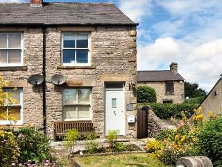 4 CHERRY TREE COTTAGES, woodburning stove, lawned garden, furniture, WiFi, Ref 30477 - Derbyshire vacation rentals