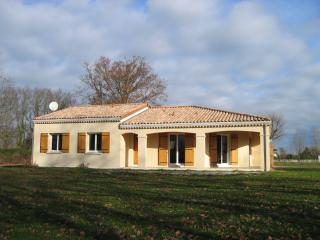 Comfortable Villa with Satellite Or Cable TV and Private Outdoor Pool - Civrac-en-Medoc vacation rentals