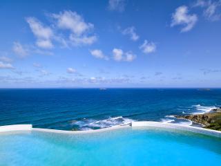 VILLA SKY BLUE... luxurious 4BR ocean view villa with fabulous water views, Dawn Beach, St Maarten - Terres Basses vacation rentals