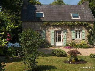 Lovely Cottage with Internet Access and Satellite Or Cable TV - Le Cloitre-Saint-Thegonnec vacation rentals