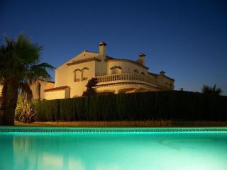 Sunny villa with large pool & beautiful ambience - Miami Platja vacation rentals
