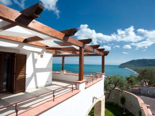 HOLIDAY LODGE AL PORTO - APPARTAMENTO 5 POSTI  CON TERRAZZO VISTA MARE - Mattinata vacation rentals