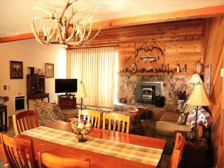 Quaint and Cozy, 2 Bed + Loft, 3 Bath, Walk to Movies, Shopping, Sleeps 9! - Mammoth Lakes vacation rentals