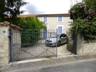 Comfortable 4 bedroom Saint Jean d'Angely House with Dishwasher - Saint Jean d'Angely vacation rentals