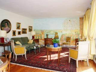 Bright House with Internet Access and Television - Paris vacation rentals