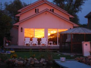RIGHT ON THE WATER! SUNSETS, SAND BOTTOM & KAYAKS - Cambridge vacation rentals