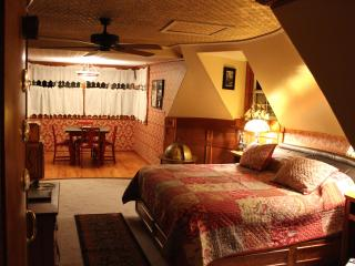 Book Nook Inn Vintage Steam Punk Room - Kountze vacation rentals