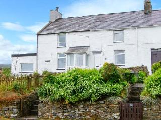 HENFRO, woodburner, WiFi, dog-friendly, terrace cottage in Llithfaen, Ref. 28732 - Trefor vacation rentals