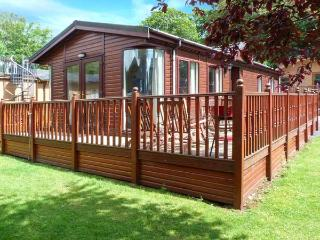 20 THIRLMERE, pet-friendly lodge with WiFi, deck, use of pool, gym etc Ref 915170 - Lake District vacation rentals