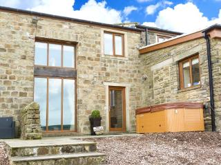 MIA COTTAGE, pet-friendly cottage with hot tub, superb views, country setting, quality accommodation near Haworth Ref 913035 - Haworth vacation rentals