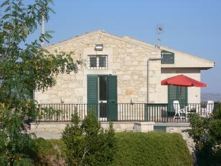 Casa con veranda panoramica vista mare/campagna - Marina di Ragusa vacation rentals