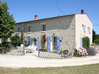 Adorable Gite in Niort with Satellite Or Cable TV, sleeps 8 - Niort vacation rentals