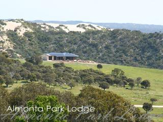 Bright 4 bedroom Lodge in Coffin Bay with A/C - Coffin Bay vacation rentals
