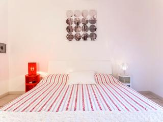 CAVOUR GUEST HOUSE (2min to Colosseum) - Rome vacation rentals