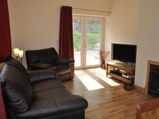 Bright Cottage with DVD Player and Dishwasher in Glenmoriston - Glenmoriston vacation rentals