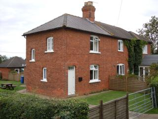 Perfect 2 bedroom Market Rasen Cottage with Dishwasher - Market Rasen vacation rentals