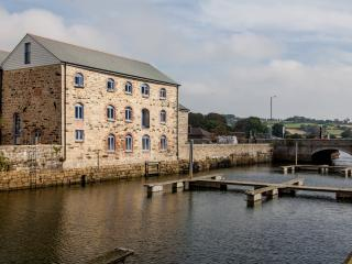 Anchor Warehouse - a 5 Star waterside apartment. - Penryn vacation rentals