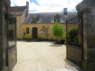 Beautiful 5 bedroom Hautefort Farmhouse Barn with Internet Access - Hautefort vacation rentals