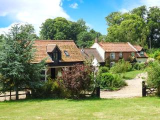 BURNT HILL HOUSE, detached period property, character features, en-suite, tennis courts, hot tub, near Beccles, Ref 28812 - Winterton-on-Sea vacation rentals