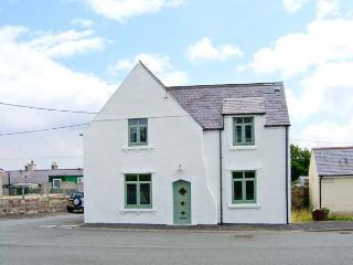 THE OLD SURGERY, ARDWYN, stone-built, off road parking, garden, bike storage, in Aberffraw, Ref 904827 - Aberffraw vacation rentals