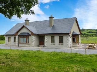 STEPHEN'S COTTAGE, en-suite facilities, ground floor accommodation, open fire, Ref 914549 - Cloghane vacation rentals